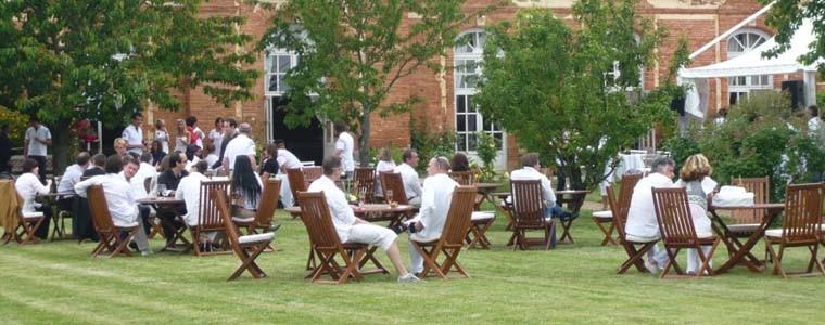 Repas dans le jardin de l'Orangerie de Rochemontès