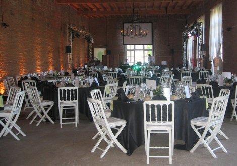Tables dressées à l'intérieur de l'Orangerie